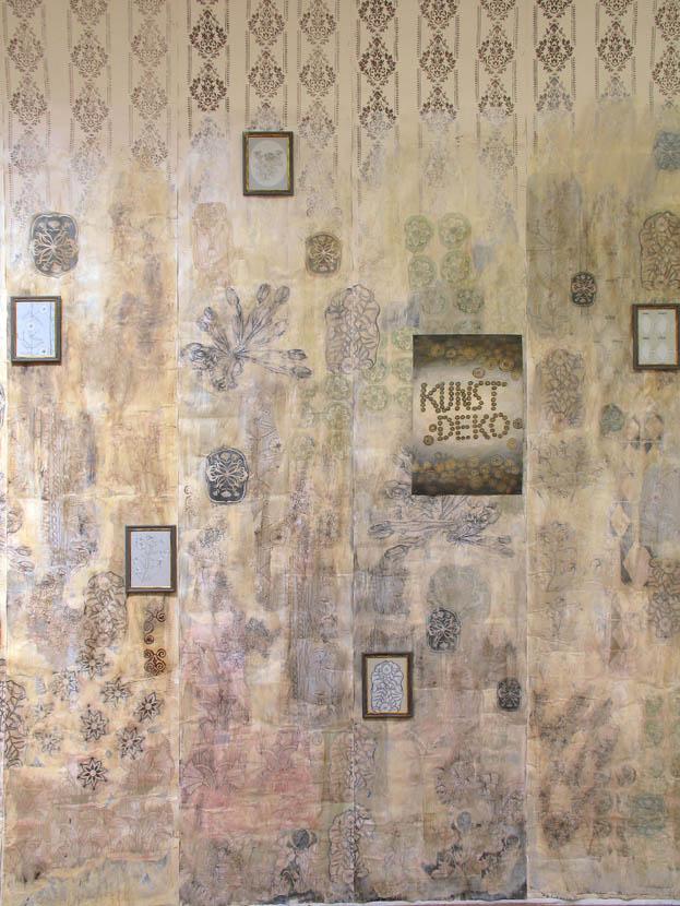 """Kunde Nr. 98, """"Kunstdeko"""", Tapetenuebermalung und -collage, Ausschnitt, Galerie Herold"""